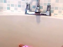 Quickie bathtime wank
